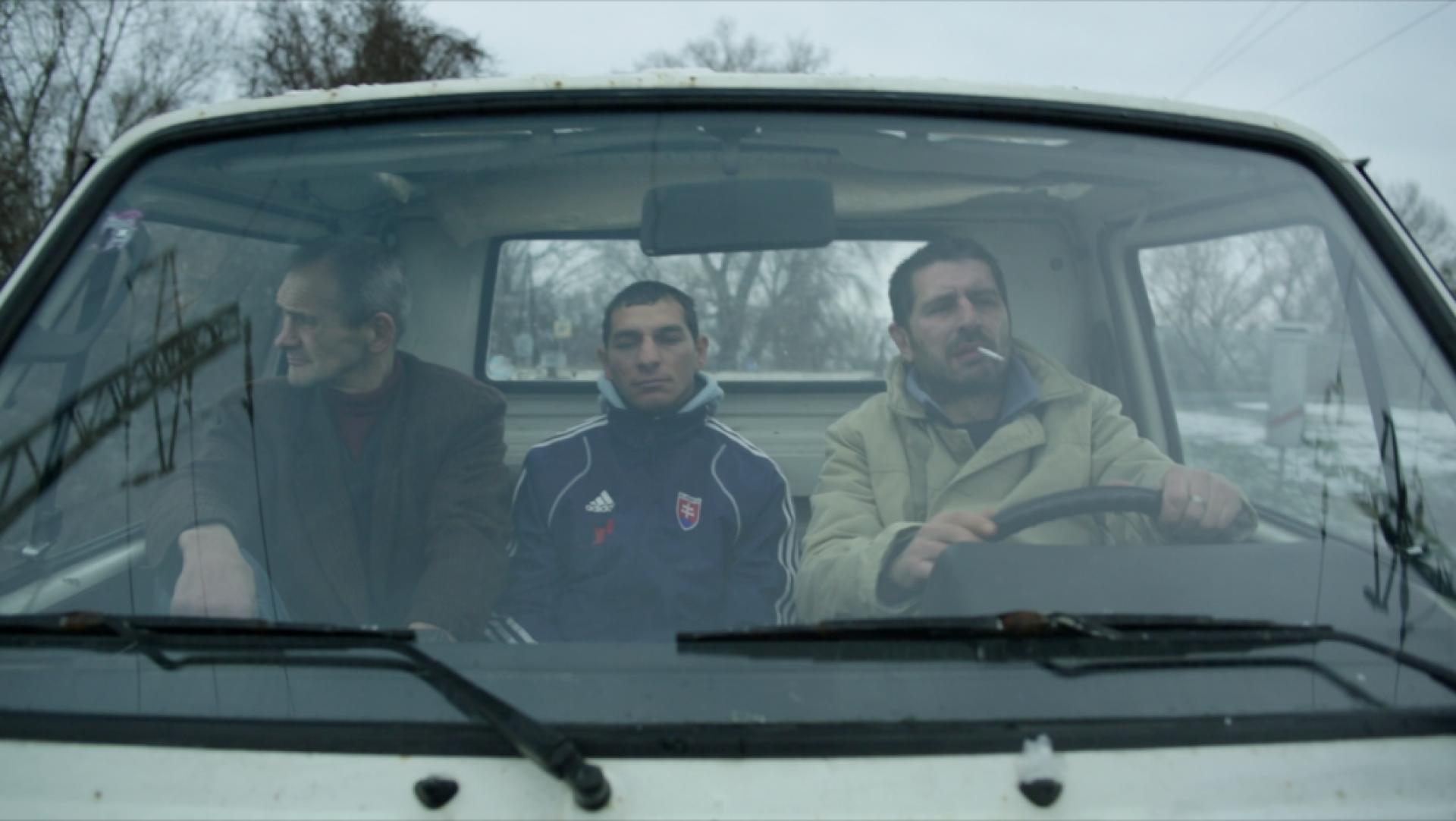 Muži sedící v autě